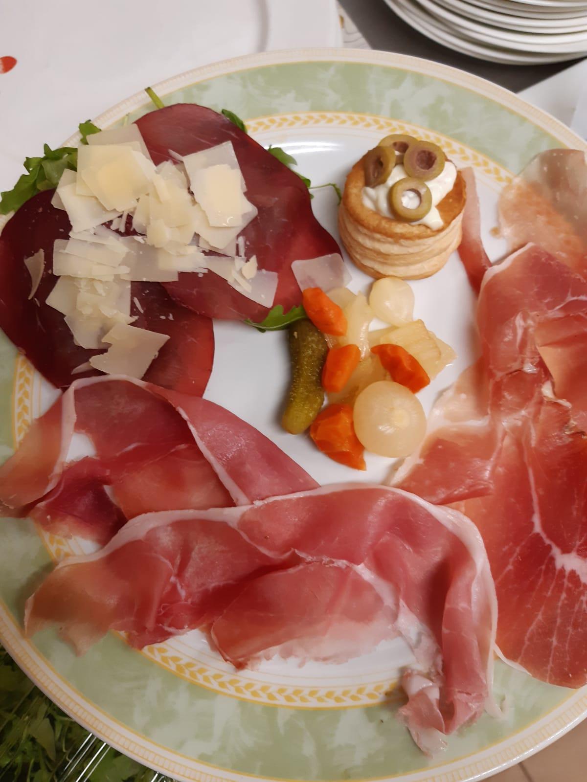 Antipasto di Carne - Vol-au-vent ripieni di Insalata Russa Crudo di Parma, Speck e Bresaola